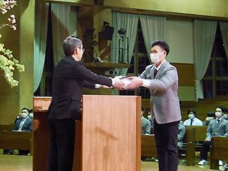 各館ブロック長が寮修了証書を代表して受け取りました。